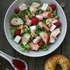 Rezept: Rucola-Salat mit Stremellachs, Schafskäse, Walnüssen und Himbeer-Dressing