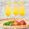 Sommerfest: Pfirsich-Ingwer-Drink mit Melisse aus Gläsern mit Zuckerrand zur Begrüßung