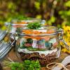 Rezepte für Salat im Glas: Käse-Pumpernickel-Salat mit Radieschen und Lachsstulle mit Pumpernickel