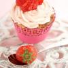 Rezept: Fruchtig sommerliche Erdbeer-Blondie-Cupcakes mit Erdbeer-Frosting