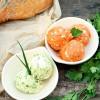 Rezept für zweierlei Grillbutter: Tomaten-Kräuterbutter mit Ei und der Klassiker mit Kräutern und Knoblauch