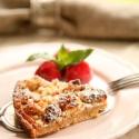 Rezept: Marzipan-Streuselschnitten mit Rhabarber-Erdbeer-Kompott