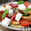 Salatglück-Freitag: Herzhafter Brotsalat mit gebratener Zucchini, Pilzen und buntem Gemüse