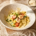 Rezept: Low-Carb One-Pot-Pasta mit Zoodles und Lachs in Senfsoße