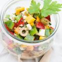 Rezept: Bunter Paprikasalat mit Fetakäse, grünen Oliven und einem feinen Senfdressing