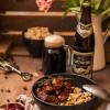 Rezept: Hirschgulasch mit Schwarzbiersoße und Haselnuss-Bier-Spätzle
