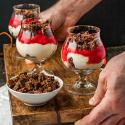 Rezepte für Desserts im Glas: Panna cotta mit Rhabarber und Schoko-Pumpernickel und Zitronencreme mit Pumpernickel-Mandel-Crunch