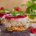 Rezept: Eistörtchen mit Minzeis, knusprigem Waffelboden und exotischem Kokos-Beerentopping