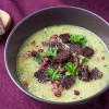 Zucchini-Rezepte: Schnelle Zucchinisuppe mit Pumpernickelcrunch und panierte Zucchini mit Haselnüssen und Pumpernickel von Mestemacher
