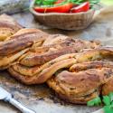 Grillrezepte: Gefülltes Zopfbrot mit Paprika als Beilage zum Grillen