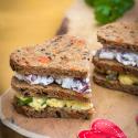 Rezept: Partyhäppchen in Herzform mit Eiweißbrot und Pumpernickel von Mestemacher