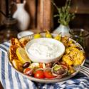 Griechische Veggie Bowl mit Smashed Potatoes und APOSTELS Zaziki