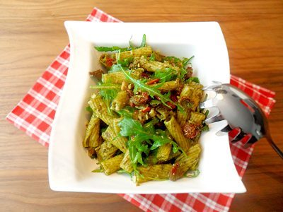 Rezept: Mediterraner Nudelsalat mit Pesto und getrockneten Tomaten
