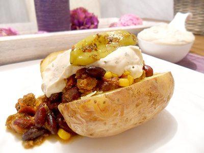 Backkartoffel mit Chili con Carne und Leinölquark