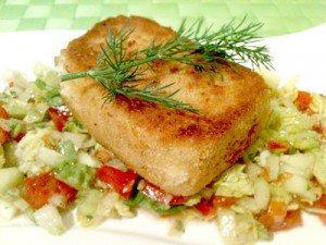 Panierter Feta auf Blattsalat