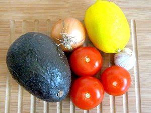Weizentortilla mit Chili con Carne und Guacamole