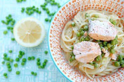 Rezept: Lachs-Spaghetti mit Zitronen-Parmesan-Soße und Erbsen