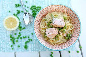 Lachs-Spaghetti mit Zitronen-Parmesan-Soße und Erbsen