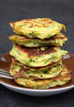 Rezept: Zucchinipuffer mit Kichererbsenmehl und Chili-Mayo Dipp