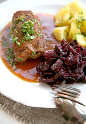 Rezept: Saftige Rinderrouladen mit kräftig dunkler Soße und Apfel-Rotkohl