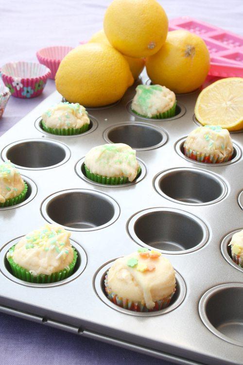 Zitronenmuffins mit weißer Schokolade