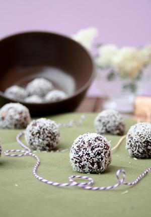 Rezept: schnelle Energiebällchen mit Datteln, Haselnüssen und Kokosflocken