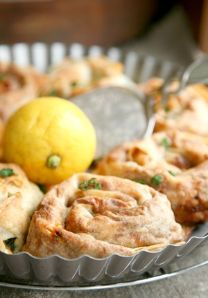 Rezept: Ein flotter Dreier mit FromSnuggsKitchen und schnellen Lahmacun-Yufka-Schnecken mit Joghurt-Ei-Guss