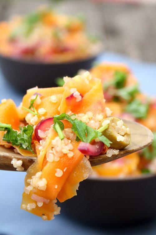 Veganer Quinoa-Möhren-Salat mit Zwiebeln und Oliven