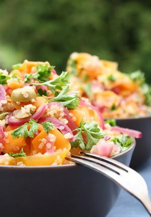 Salatglück-Freitag: Veganer Quinoa-Möhren-Salat mit gedünsteten Zwiebeln und Oliven