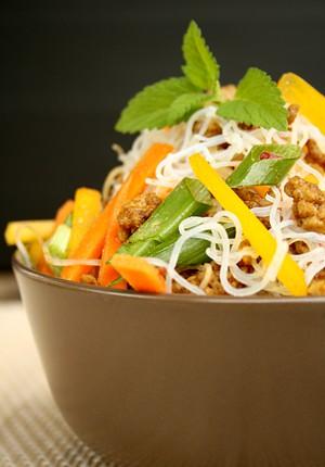 Salatglück-Freitag: Glasnudelsalat mit Hackfleisch, Möhren und Paprika