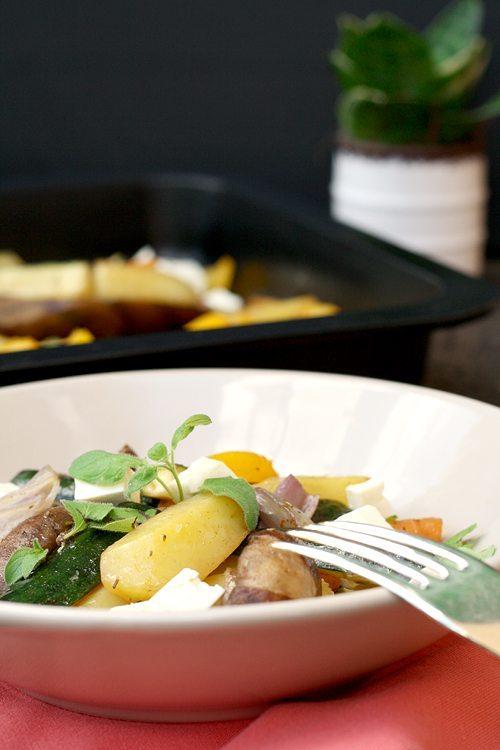 Ofengemüsesalat mit Kartoffeln und Schafskäse