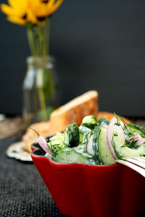 Griechischer Gurkensalat mit roten Zwiebeln und Dill