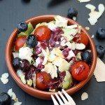Eisbergsalat mit Heidelbeer-Dressing und gerösteten Mandeln