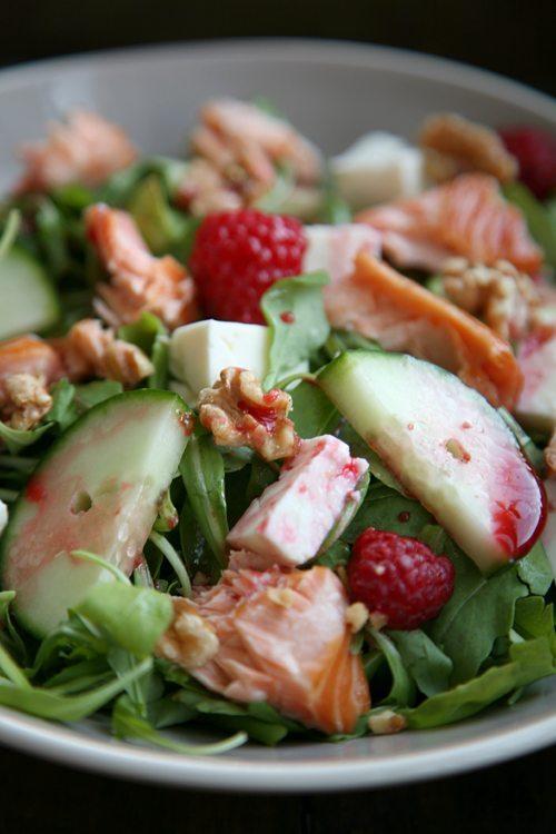 ukkola-Salat -mit-Stremellachs-Schafskäse-Walnüssen-und-Himbeer-Dressing