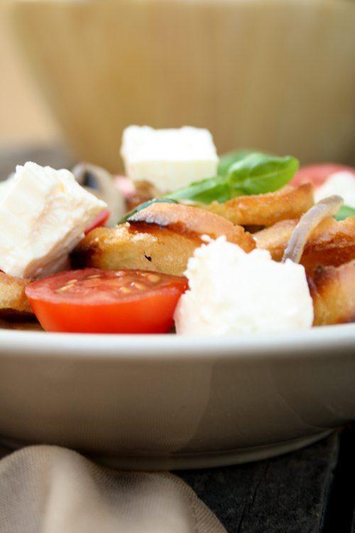 Brotsalat mit Pilzen, Zucchini und buntem Gemüse