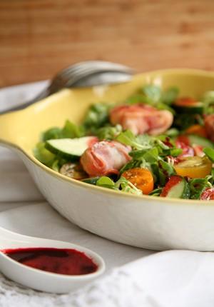 Rezept: Kirsch-Salatdressing mit nur zwei Zutaten zu Feldsalat mit Ziegenkäse-Dattel-Päckchen