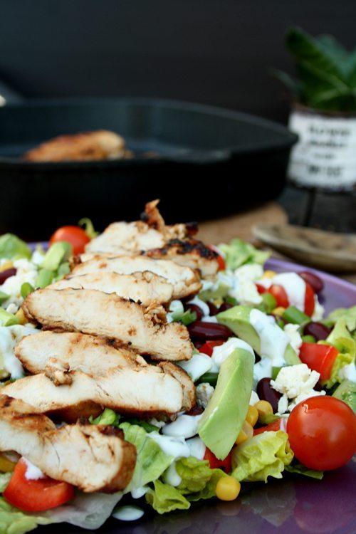 Mexikanischer Salat mit gegrillter Haehnchenbrust und Ranch-Dressing