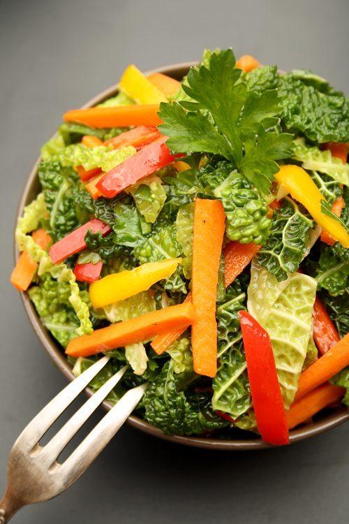 asiatischer Wirsing-Kohl-Salat mit Möhren und Paprika