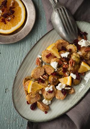 Rezept: Herbstlicher Salat mit gebackenem Rosenkohl, Feta, Cranberries, Pecannüssen und Orangen-Vinaigrette
