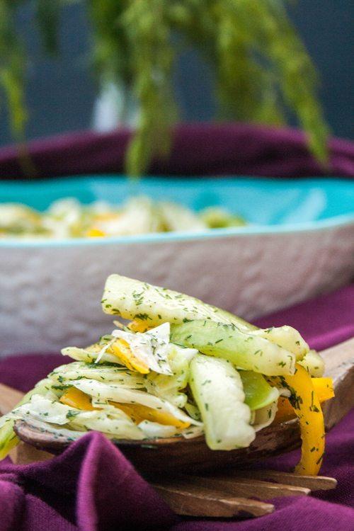 Krautsalat mit Paprika und grüner Gurke