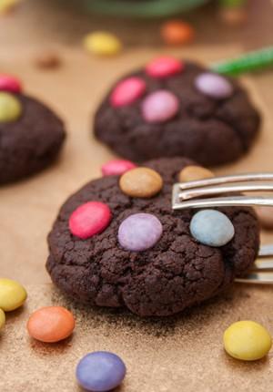 Rezept: Schnelle Mini-Schoko-Cookies mit Smarties