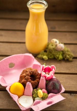 Rezept & DIY: Mini Eierlikör-Schokoladen-Gugl und zweierlei natürlich gefärbte Eier