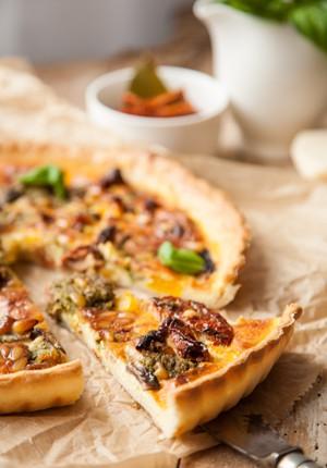Rezept: Mediterrane Quiche mit getrockneten Tomaten, Pinienkernen und Basilikum-Pesto