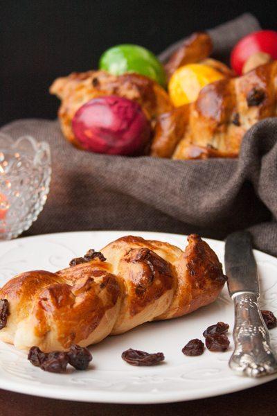 österliche Hefezopfbrötchen mit Rosinen und Mandeln