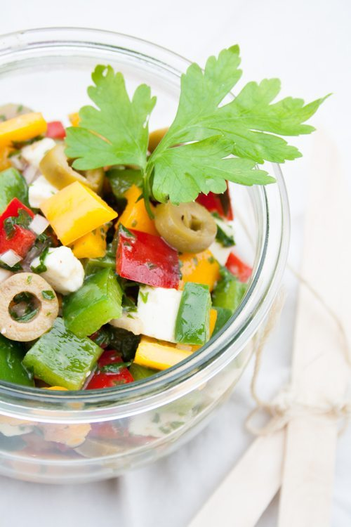 bunter Paprikasalat mit Oliven und Fetakäse
