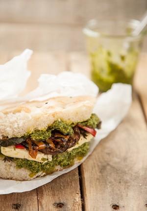 Rezept: Gefülltes Fladenbrot mit mariniertem Feta und Rucola-Pesto