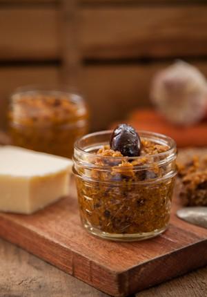 Rezept: Oliven-Möhren-Pesto (Werbung)