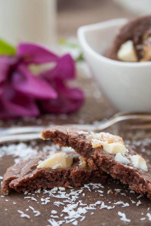 Schoko-Cookies mit weißer Schokolade und Karamell