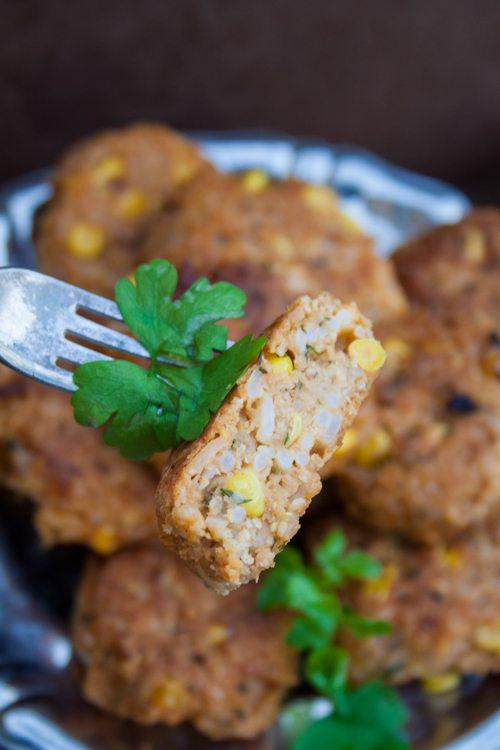 vegane Reisbällchen mit Curry und Mais