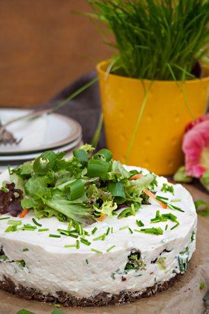 rezept herzhafter k sekuchen mit pumpernickel boden salat und frischk se mit karamellisierten. Black Bedroom Furniture Sets. Home Design Ideas